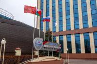 У здания АО «Транснефть – Сибирь» в Тюмени подняли копию Знамени Победы