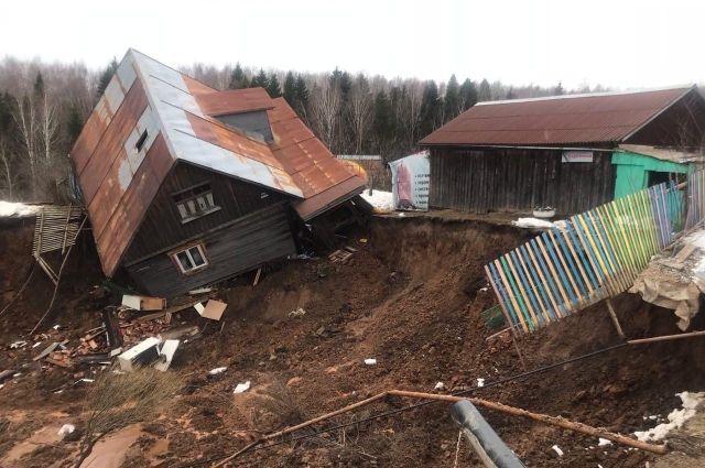 О происшествии стало известно от соседки, которая успела выбежать из своего дома. В остальных двух домах в это время никого не было.
