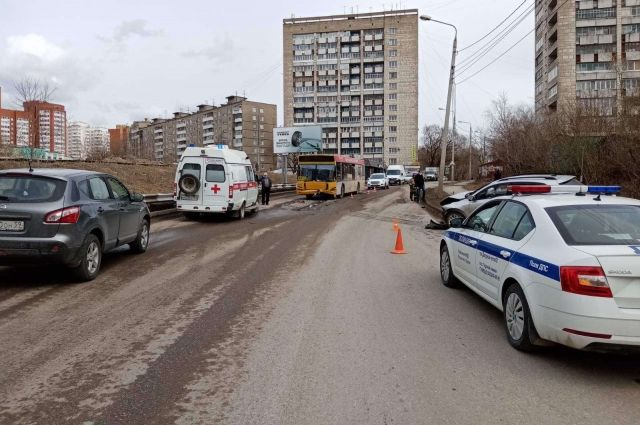 В результате столкновения в салоне автобуса упал 52-летний пассажир.