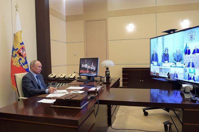 Владимир Путин провел в режиме видеоконференции совещание по санитарно-эпидемиологической обстановке в России.
