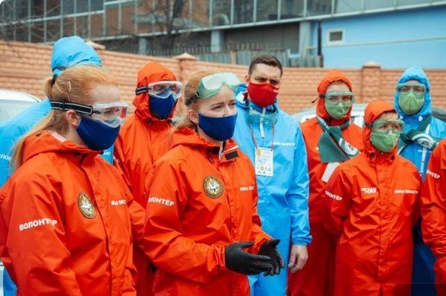 Пережить пандемию уральцам помогают 3 тысячи волонтёров. Ещё порядка 500 присоединятся к ним в ближайшее время.