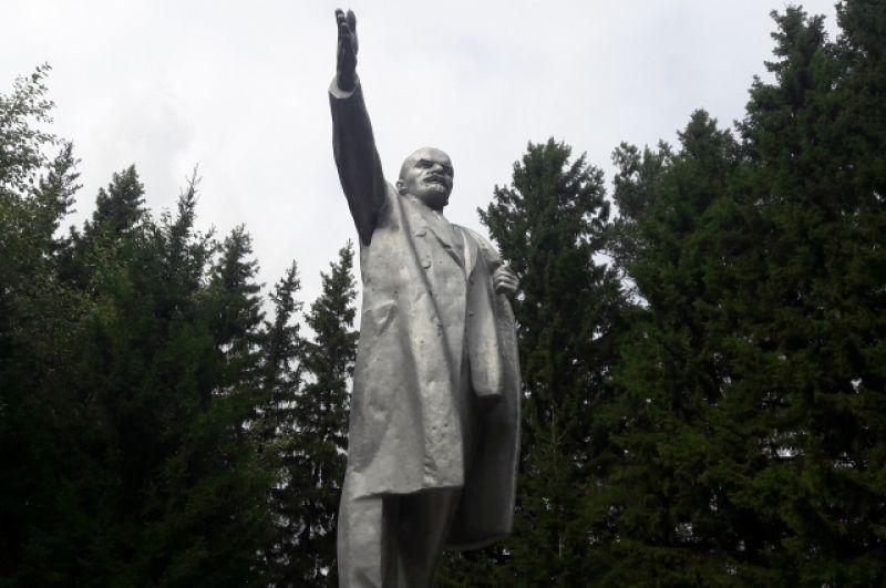 Памятник Ленину в Муромцево Омской области.