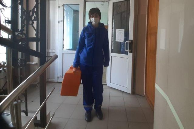 В каждое дежурство реанимационной бригаде, в которой работает Оксана Никушина, приходится выезжать к больным коронавирусом.