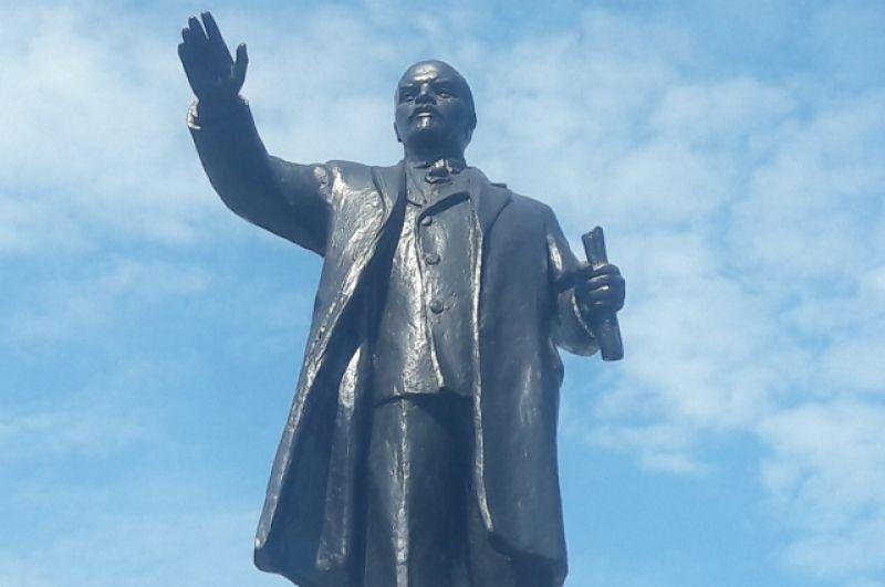 Памятник Ленину у железнодорожного вокзала в Омске.