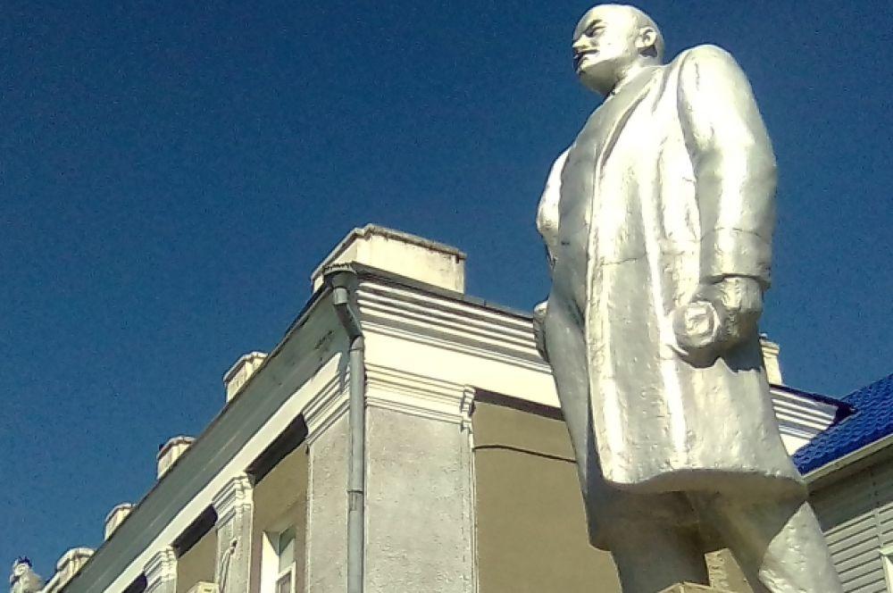 Памятник в Кормиловке Омской области.