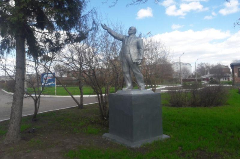 Памятник на территории железнодорожной больницы в Омске.