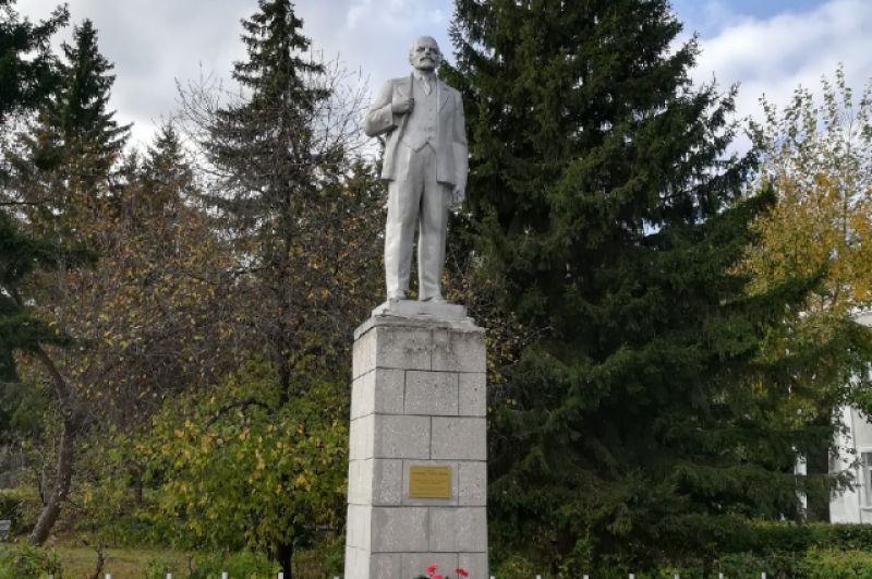Памятник Ильичу в Большеречье Омской области.