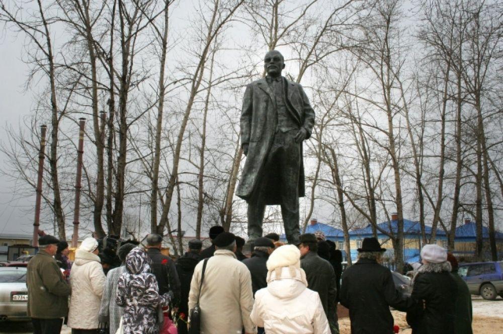 Югорск. Ханты-Мансийский автономный округ. Установлен в 2012 году по просьбе местной ячейки КПРФ.