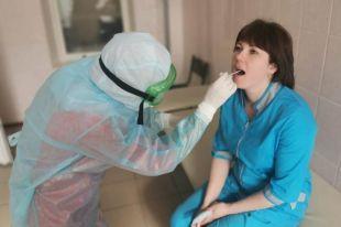 Медики, работающие с инфицированными больными, регулярно сдают анализы на коронавирус.