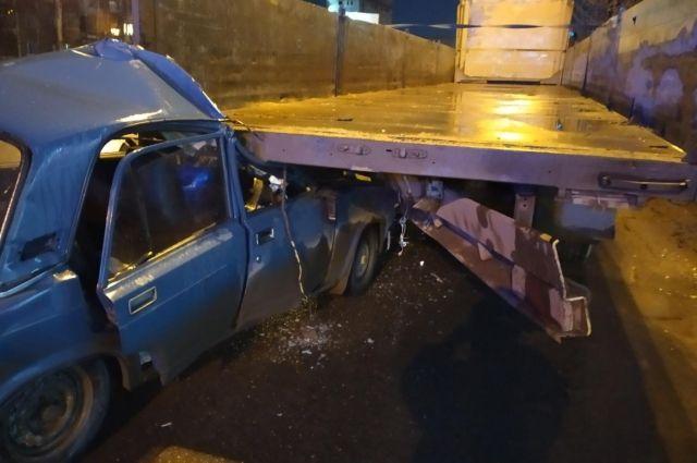 В Ижевске два человека пострадали при столкновении ВАЗа с грузовиком