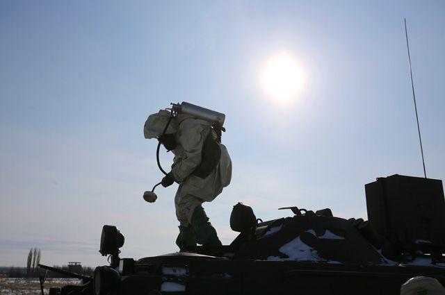 Военнослужащий войск радиационной, химической и биологической защиты (РХБЗ) РФ на учениях.