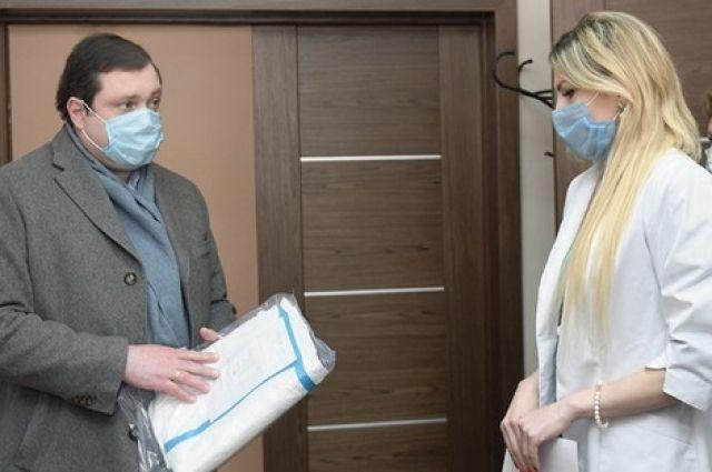 Директор Смоленского областного медицинского центра Алина Легонькова докладывает губернатору, как полученные средства защиты будут распределять между медучреждениями области.