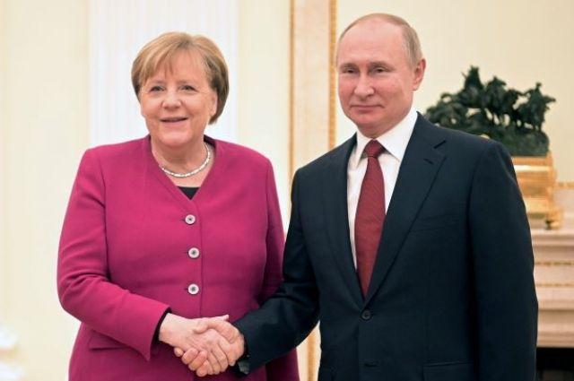 Путин и Меркель обсудили по телефону меры борьбы с коронавирусом