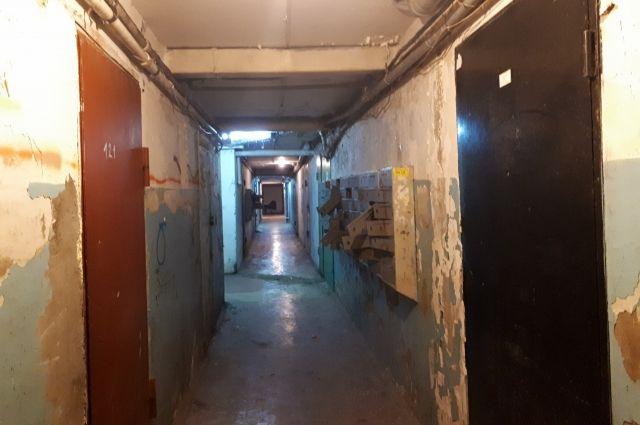 Тюменцев из-за трещин на доме переселили в гостиницу «Колос»