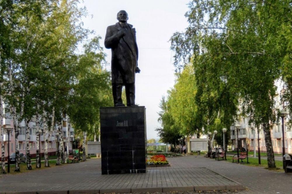 Берёзовский, аллея Комсомольского бульвара. Открыт в ноябре 1987 г. Высота 5,2 м. Скульптура изготовлена из бетона с последующей обшивкой медью.