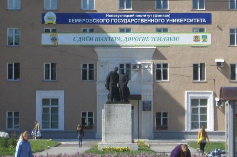 Памятник Ленину и Горькому находится на просп. Металлургов в Новокузнецке. В народе он получил название «горький шоколад». Вождь и писатель будто беседуют друг с другом, глядя на парк им. Гагарина. Аналогичная скульптурная композиция есть в Караганде.
