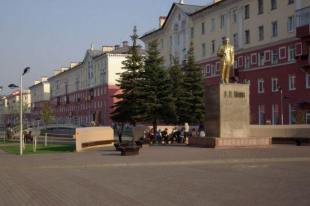 Памятник Ленину выполнен в 1961 г. и открывает просп. Коммунистический г. Междуреченска. Вождь Октябрьской революции 1917 г. представлен в полторы величины натурального роста, всего же памятник вместе с постаментом составляет 7,9 м. В 2006 г. Ильича реконструировали - основание было укреплено, мраморная облицовка постамента заменена гранитной, оформлена площадка вокруг памятника, сделана подсветка.