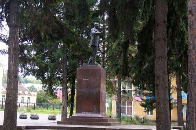 В 1962 г. в Калтане был открыт бронзовый памятник В.И. Ленину. В 2014 г. агентство по защите населения обнаружило, что памятник имеет повышенный радиационный фон. Радиоактивные волны распространялись на метр и превышали допустимый уровень радиации в 2,5-4 раза. Опасное излучение исходило не от всего монумента, а от облицовки постамента - мраморных плит, на которых он был установлен. Вскоре после проверки плиты поменяли, а памятник Ленину перенесли на десять метров.