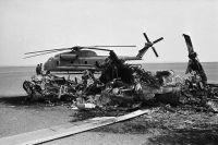 Сгоревший и брошенный американские вертолёты Sikorsky RH-53D Sea Stallion.