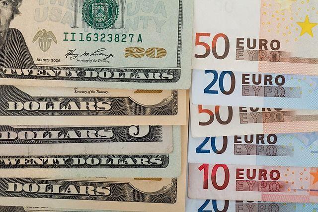 Курс валют на 23 апреля: доллар дешевеет, евро дорожает