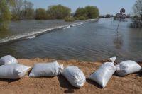 Из-за талых вод вышло из берегов озеро в Казанском районе, вода переливалась через асфальт.