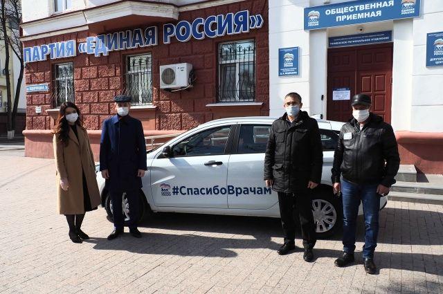 Единороссы подарили Ярковской больнице автомобиль