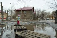 Вода подступила к домам, поэтому здесь срочно эвакуируют жителей.