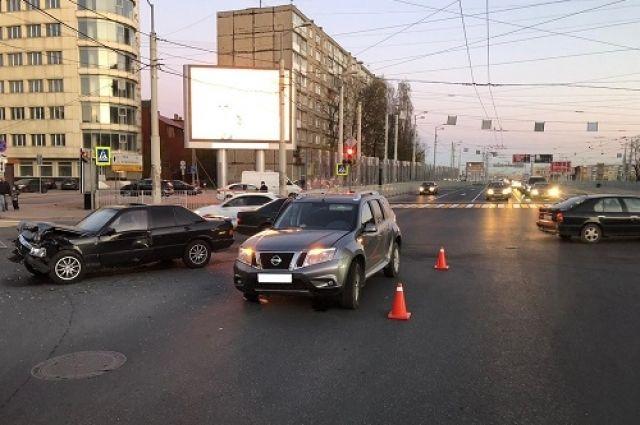 В Калининграде столкнулись две легковушки, пострадали три человека