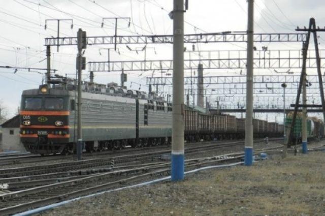 Молодой человек не заметил приближающийся грузовой поезд на соседних путях.