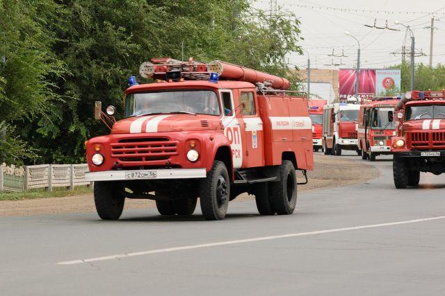 В Оренбурге пожарный поезд тушит возгорание на ул. Шоссейной.