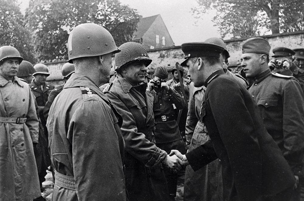 Гвардии генерал-майор Глеб Бакланов здоровается с начальником штаба 1-й американской армии генерал-майором Кином.
