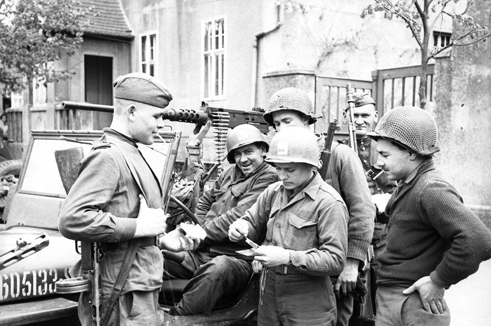 Встреча на Эльбе советских и американских солдат в апреле 1945 года.