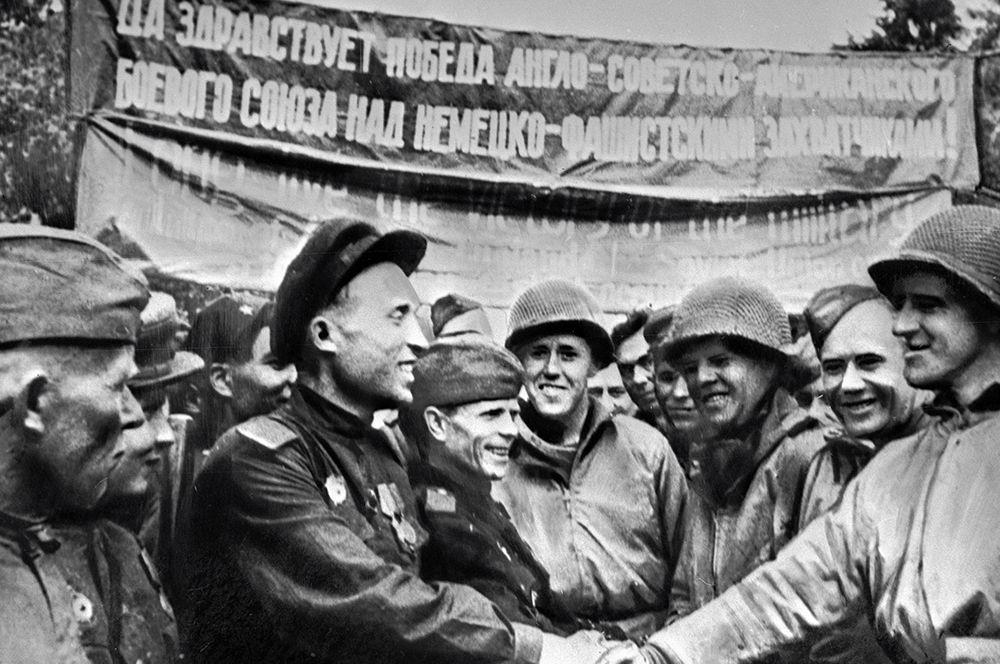 Встреча советских и американских солдат на Эльбе.