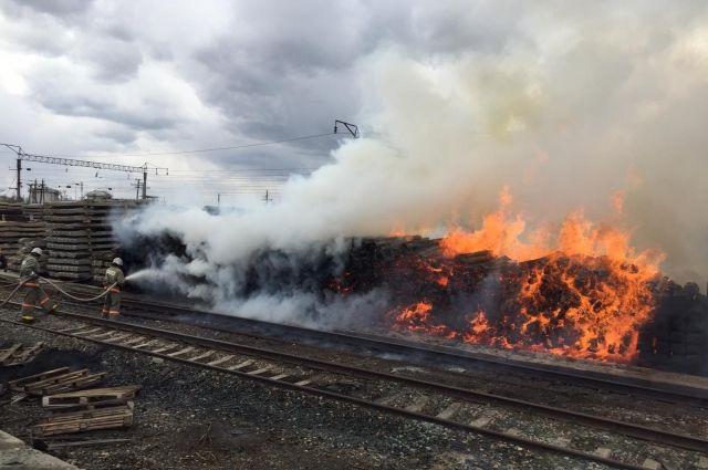 В Оренбурге на Шоссейной выгорела площадь 900 кв.м.