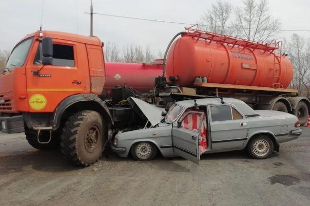 В Оренбурге под колесами «КамАЗа» погиб водитель «Волги».