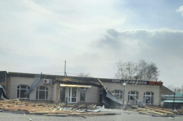 В Оренбуржье штормовой ветер срывает крыши и валит остановки.