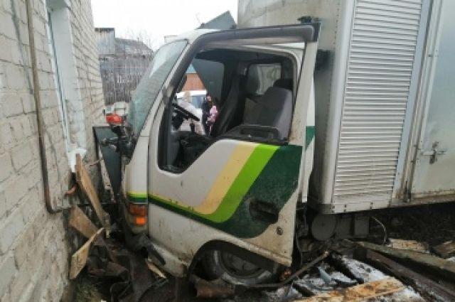 В результате ДТП пострадал водитель и 26-летний пассажир.  Они получили травмы и сейчас находятся в больнице.