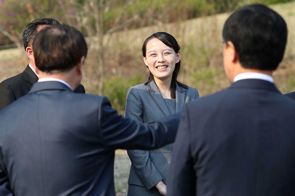 Ким Е Чжон беседует с делегацией Южной Кореи в демилитаризованной зоне Пханмунджом.