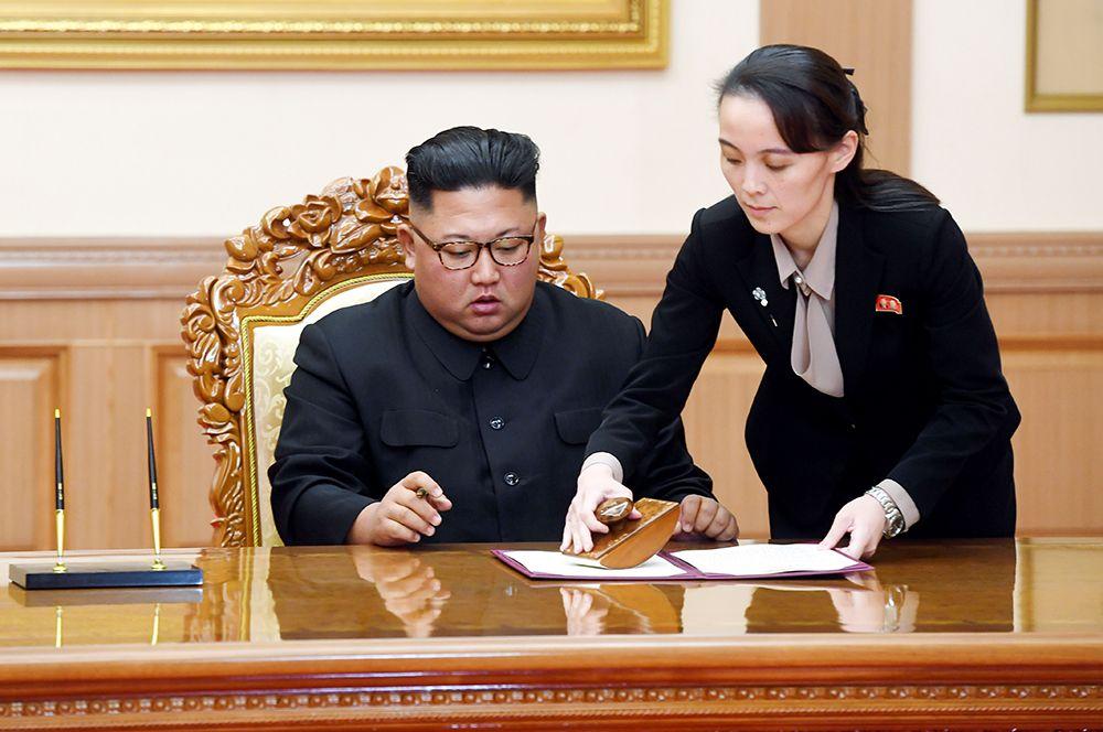 Лидер Северной Кореи Ким Чен Ын подписывает соглашение о встрече на высшем уровне с президентом Южной Кореи Мун Чже-Ином. Рядом — Ким Е Чжон.