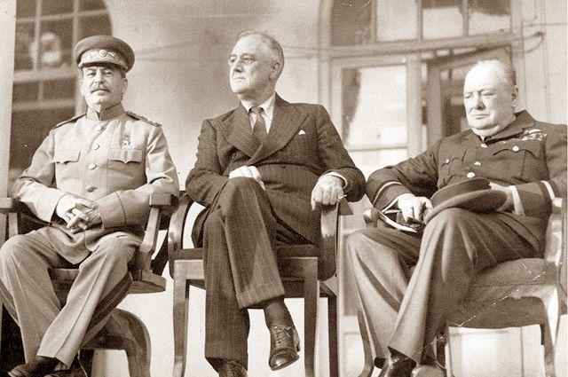 И. В. Сталин, Ф. Д. Рузвельт и У. Черчилль.
