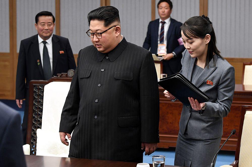 Лидер Северной Кореи Ким Чен Ын и его младшая сестра Ким Е Чжон во время межкорейского саммита в в демилитаризованной зоне Пханмунджом.