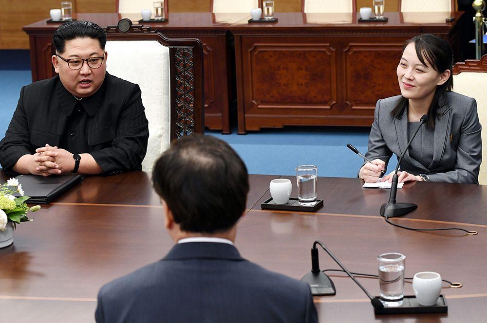 Лидер Северной Кореи Ким Чен Ын, его младшая сестра Ким Е Чжон и президент Южной Кореи Мун Чже Ин во время межкорейского саммита в в демилитаризованной зоне Пханмунджом.