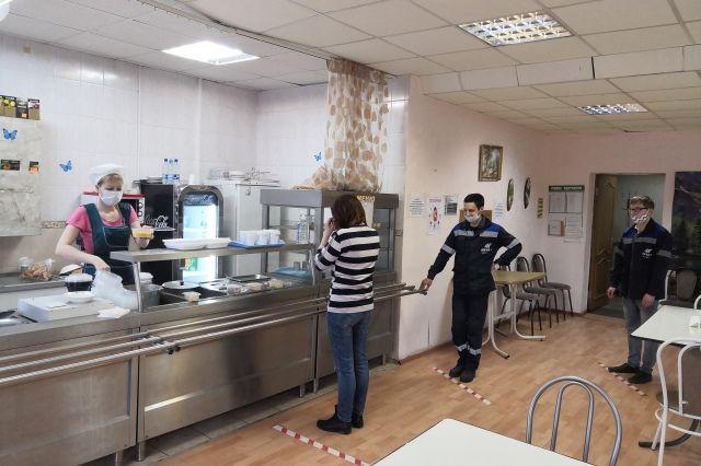 Сотрудники предприятия соблюдают дистанцию и на проходной, и в столовой.