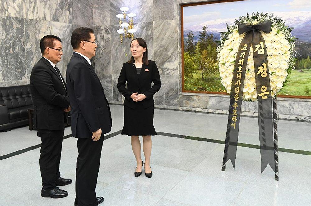 Ким Е Чжон передала соболезнования и цветы от лица Ким Чен Ына в память о бывшей первой леди Южной Кореи Ли Хи-хо, ушедшей из жизни 10 июня 2019 года.