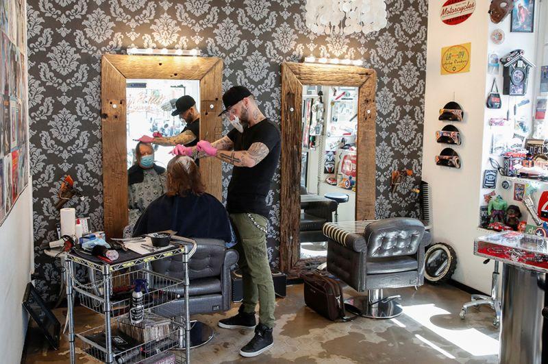 В парикмахерской в Цюрихе, Швейцария.