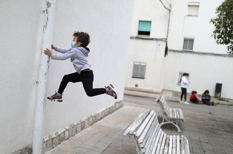 Дети гуляют в городе Игуалада, Испания.