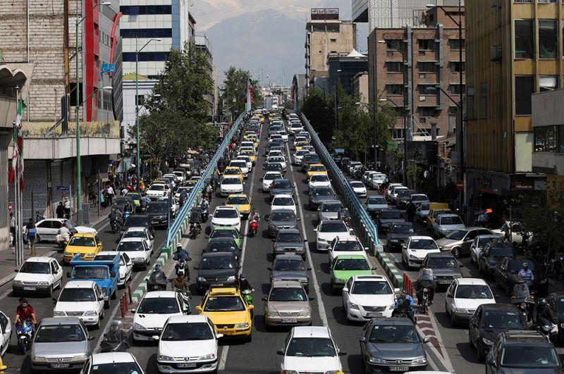 Трафик в Тегеране, Иран, после открытия торговых центров и базаров.