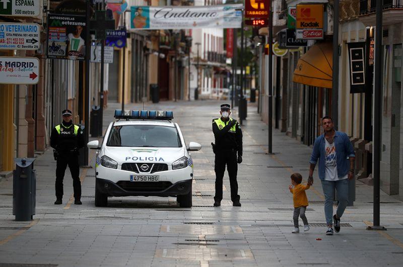 Мужчина гуляет со своим сыном в Ронде, Испания.