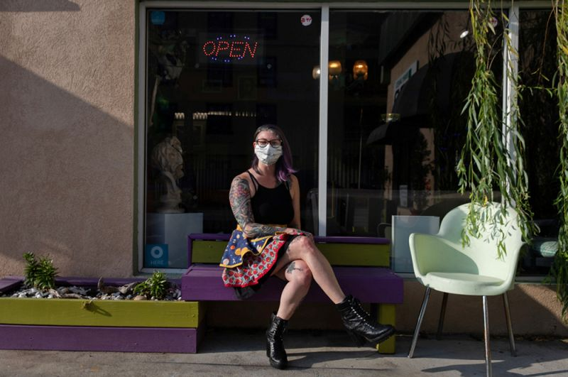 Хозяйка открывшегося тату-салона в Саванне, Джорджия.