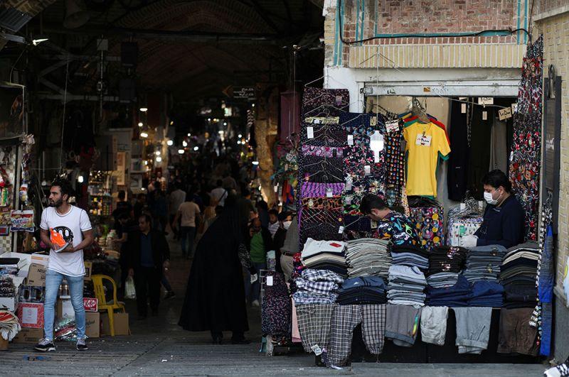 Жители делают покупки на рынке в Тегеране, Иран.